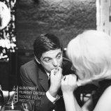 Negatív fotografie z filmu Kým sa skončí táto noc (1965). Stano Dančiak (Kvetinka) a Jana Gýrová (Olga, otočená bokom)