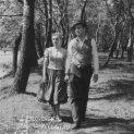 Lesíkom kráčajú ruka v ruke Zdena Gruberová (Marka Psotová) a Karol Machata (Ďurko Molnár)