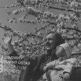 Pod rozkvitnutým stromo stojí s dieťaťom v náručí Zdena Gruberová (Marka Psotová)