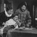 Fotografia z filmu Pán a hvezdár (1959). Pri stole zľava: František Dibarbora (maliar Alberto Mazando), sedí a je Vladimír Zimmer (pán Stredovodného zámku), vpravo stojí Jozef Hanúsek (zámocký kapitán)