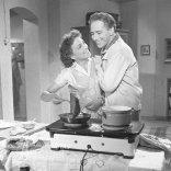 Negatív fotografie z filmu Previerka lásky (1956). Pri dvojplatničke stoja: Hana Hegerová (Ľudmila Petušková) a Elo Romančík (Juraj Horárik)