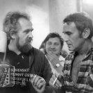 Vľavo stojí kameraman Alojz Hanúsek, muž v strede, vpravo stojí herec Svatopluk Matyáš