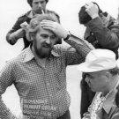 V strede v popredí sa drží za hlavu kameraman Alojz Hanúsek, vpravo s bielou šiltovkou stojí režisér Andrej Lettrich, dvaja muži v pozadí, jeden z mužov v pozadí má v ústach cigaretu