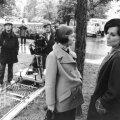 Vzadu filmový štáb s kamerou na koľajniciach, v popredí stoja: vľavo herečka Jaroslava Schallerová a vpravo herečka Karla Chadimová