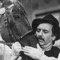 Július Pántik (pán úradský Klenč) objíma koňa