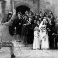 Vľavo chrbtom za fotoaparátom stojí Jozef Cút (fotograf na svadbe), svadobčania pred kostolom: vpredu pri malom dievčatku v bielych šatách stojí Terézia Kronerová (Kollárová, Annina matka), neveta Jaroslava Schallerová (Anna Brunnerová, manželka Ota Brunnera) a ženích Ivan Mistrík (Oto Brunner, vlastným menom Hans Klaus), ostatní svadobčania