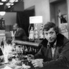Za stolom sedí Ľubo Roman (novinár Gabriel Hýbl)