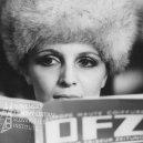 Za časopisom s kožušinovou čiapkou na hlave Regina Rázlová (Adela)