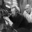 V popredí za kamerou sedí kameraman Alojz Hanúsek, za ním sedí režisér Andrej Lettrich