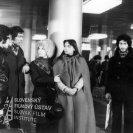 Ako druhý zľava stojí v metre Vladimír Bartoň (Georgis Revidis, grécky robotník v Zumbachovej firme), ako tretia zľava stojí Elena Kucháriková (Gladys Revidisová, manželka Georgisa Revidisa, pomocnica u Zumbachovcov), ostatní