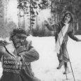 Vľavo v snehu kľačí a smejej sa Vlado Müller (spisovateľ), vpravo stojí malé dievčatko a hádže doňho snehové gule