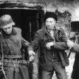 Dvaja vojaci v uniformách a so zbraňami ťahajú Jána Pelecha (gazda)