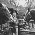 Na dvore v strede stojí s dvomi koňmi Stefan Reck (Mikolko)