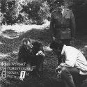 Vľavo čupí muž s fotoaparátom v ruke, v strede stojí v uniforme Anton Korenči (náčelník Okresnej správy ZNB v Dolnom Kubíne major Granec), vpravo čupí Ján Kroner ml. (nadporučík Filo)