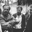 Zľava doprava v popredí stoja: muž, Pavol Mikulík (kpt. Kren), Tibor Vokoun (pomocný režisér) a Štefan Kvietik (režisér)
