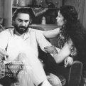 V kresle sedí s cigaretou v ruke Igor Nikolajevič Krikunov (Boho), pri kresle kľačí žena