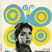 Plagát k filmu: Malá manekýnka (1960). Zobrazenie: mladé dievča so zapletanými vrkočmi (Zuzana Cigánová), v pozadí modrožltý motýľ.
