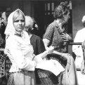 Brigita Hausnerová V popredí stojí s prúteným košíkom v ruke Brigita Hausnerová (Zuzka Siroňová, sestra Matúša Siroňa), ostatné ženy